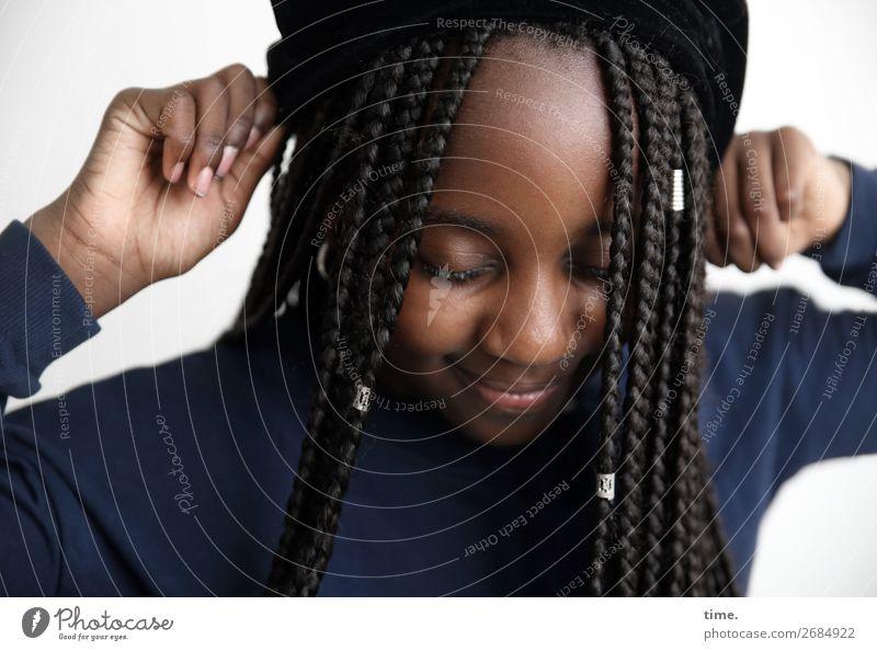 Gloria feminin Mädchen 1 Mensch Pullover Schmuck Mütze Haare & Frisuren schwarzhaarig langhaarig Afro-Look festhalten Fröhlichkeit Glück schön Wärme wild Freude