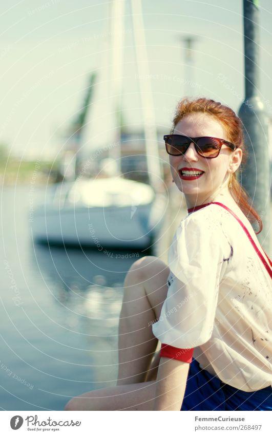 At the pir I. Mensch Frau Jugendliche Ferien & Urlaub & Reisen Sommer Strand Freude Erwachsene Erholung feminin Bewegung Wasserfahrzeug Freizeit & Hobby sitzen