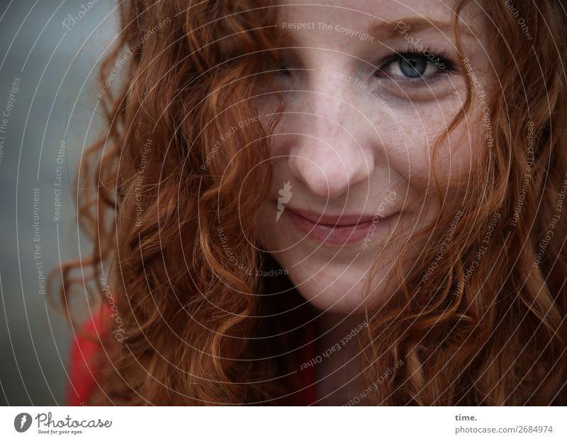 Nina feminin Frau Erwachsene 1 Mensch rothaarig langhaarig Locken Denken entdecken Lächeln Blick warten Freundlichkeit schön Freude Glück Zufriedenheit