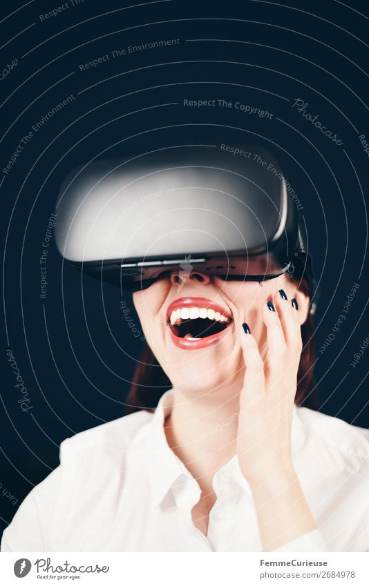 Woman with VR glasses Lifestyle Freizeit & Hobby Technik & Technologie Unterhaltungselektronik Fortschritt Zukunft feminin 1 Mensch 18-30 Jahre Jugendliche