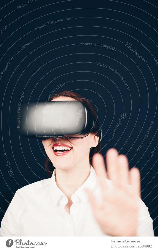 Lächelnde Lachende Frau mit VR Brille und weißer Bluse vor neutralem dunklen Hintergrund Lifestyle Freizeit & Hobby Technik & Technologie