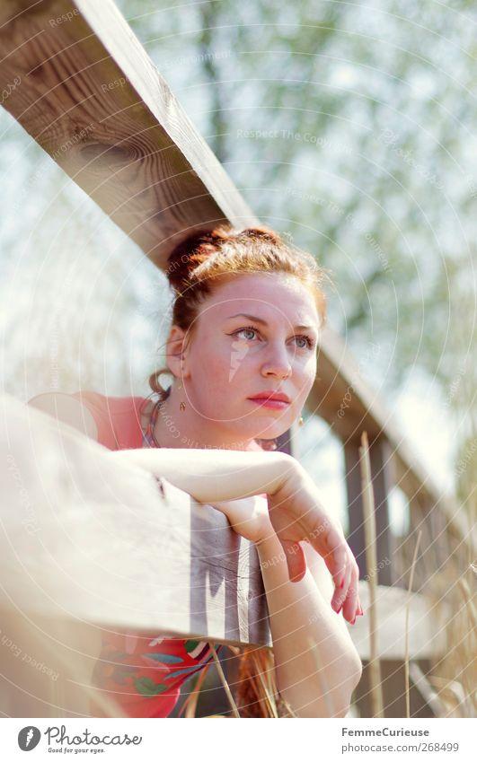 Relax! feminin Junge Frau Jugendliche Erwachsene 1 Mensch 18-30 Jahre Erholung rothaarig attraktiv dünn bleich Zaun Holz Natur Ferien & Urlaub & Reisen