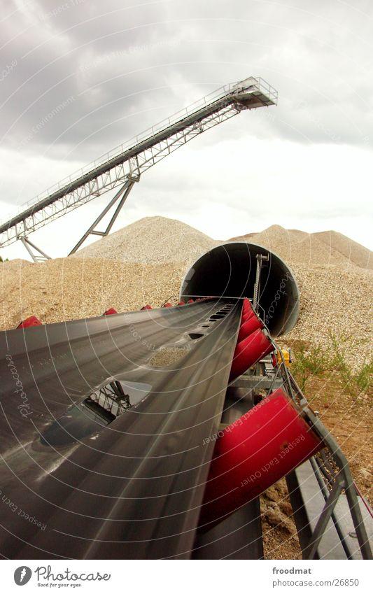 Förderband ins Nirgendwo Wasser Berge u. Gebirge Sand Regen Perspektive tief Produktion Grube Kiesgrube
