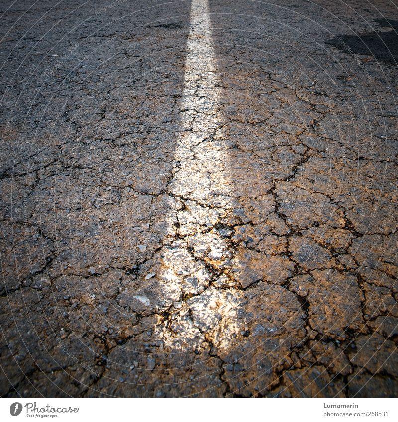 aufbrechen alt Straße dunkel Bewegung Wege & Pfade Linie Beginn Boden kaputt Wandel & Veränderung Vergänglichkeit Asphalt Mitte fest Teile u. Stücke