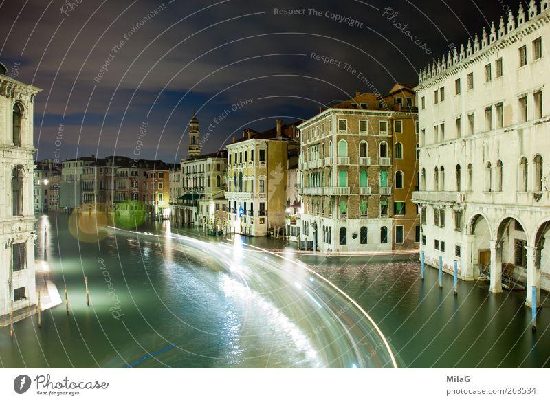 Nachts in Venedig Tourismus Städtereise Italien Europa Altstadt Haus Palast Wasserstraße ästhetisch Gelassenheit Vergänglichkeit Lichtstreifen Farbfoto