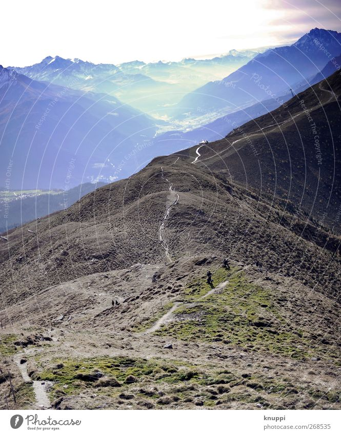Gratwanderung Natur blau grün Sonne Ferne Landschaft Berge u. Gebirge Herbst Gras braun Erde Felsen Nebel wild wandern Armut