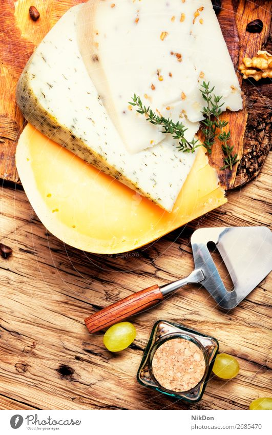 Käse und Trauben Holzplatte Molkerei Scheibe Brie Walnussholz Französisch Feinkostladen Frühstück Schweizer Tisch Italienisch Käseplatte Ziege Sortiment
