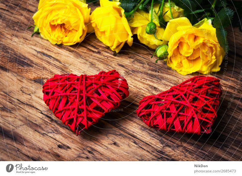 Frühlingsblumen und symbolische rote Herzen Kasten Valentinsgruß gelb Rosen Blume Feiertag Blumenstrauß Tag präsentieren geblümt Liebe Mutter romantisch