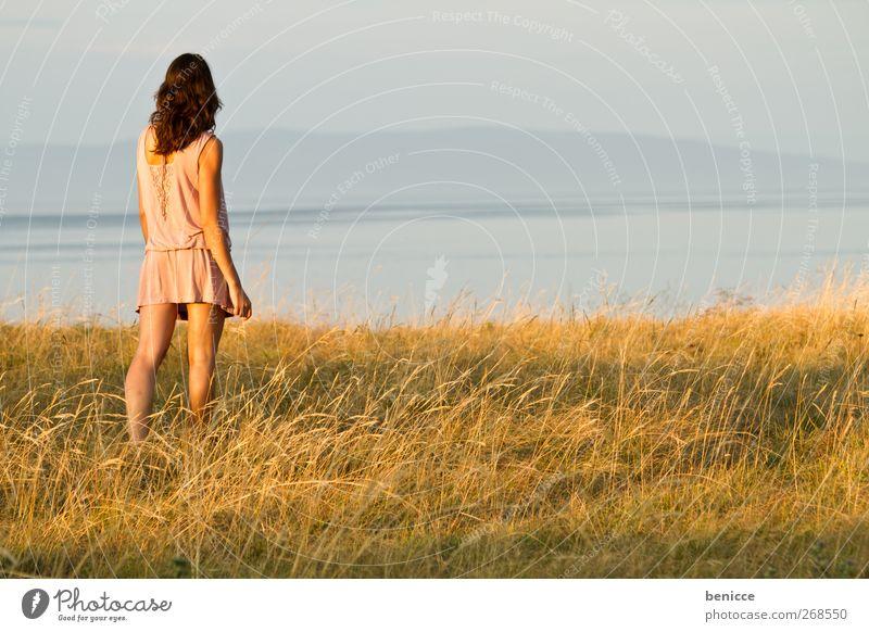 sommer ausblick Aussicht Frau Porträt See Sonnenaufgang stehen Wasser Einsamkeit einzeln caucasian Außenaufnahme Zufriedenheit frei Freiheit Frühling Gras Insel