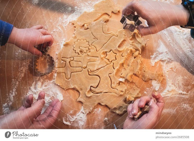 Vier Hände stechen Weihnachtsplätzchen aus Plätzchen ausstechen Plätzchenteig Mehl backen Teigwaren Küche Kind Hand 1-3 Jahre Kleinkind 3-8 Jahre Kindheit Duft