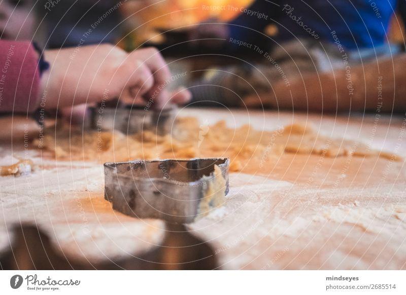 Kinderhände stechen Weihnachtsplätzchen aus Lebensmittel Teigwaren Backwaren Ernährung Weihnachten & Advent Plätzchen ausstechen Plätzchenteig Mehl