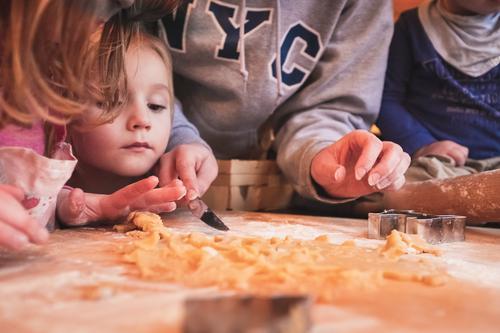 Kinder backen Weihnachsplätzchen Plätzchen Plätzchen ausstechen Plätzchenteig Keks Freude Häusliches Leben Küche Mensch Junge Frau Jugendliche Kindheit 4