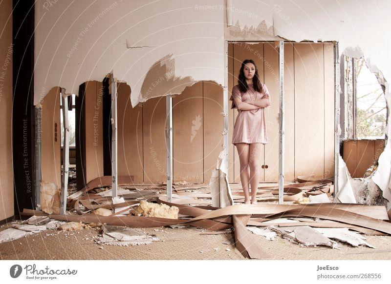 #268556 Häusliches Leben Wohnung Renovieren Umzug (Wohnungswechsel) einrichten Raum Frau Erwachsene 1 Mensch Ruine Mauer Wand Kleid beobachten Erholung stehen