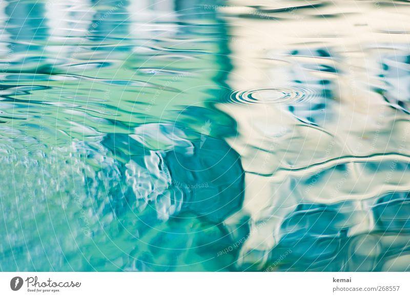 Kreise blau Wasser grün Wand Mauer Wellen Fassade nass Brunnen Wasseroberfläche Verzerrung