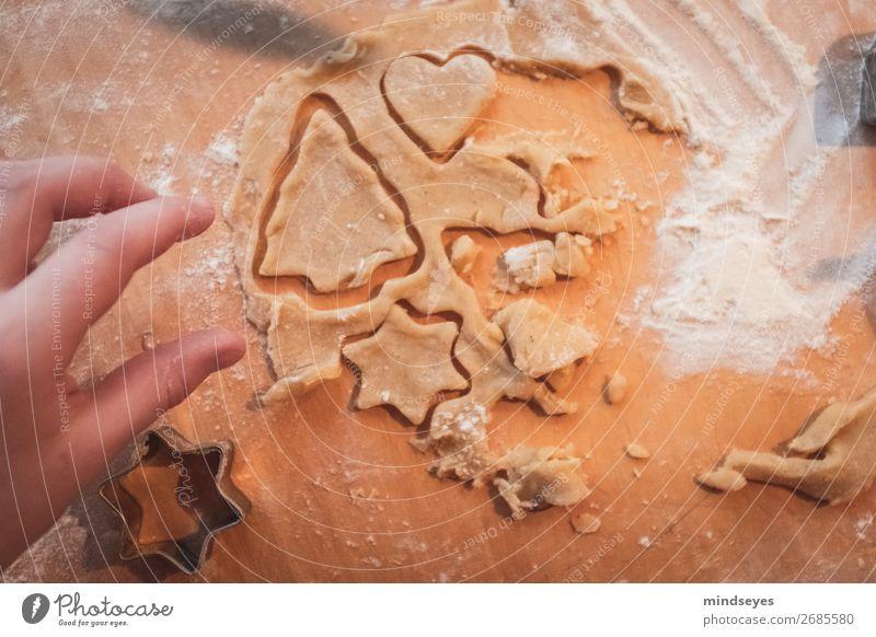 Weihnachtsplätzchen ausstechen Lebensmittel Teigwaren Backwaren Ernährung Plätzchen Plätzchen ausstechen Plätzchenteig Mehl Stern (Symbol) Schneidebrett
