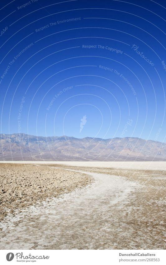CA l 09:48 bei 39 °C Natur Erde Wolkenloser Himmel Klima Wärme Dürre Felsen Berge u. Gebirge Wüste Death Valley National Park außergewöhnlich bedrohlich heiß