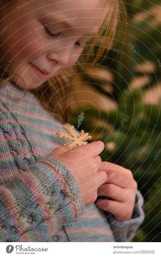 Mädchen schmückt den Weihnachtsbaum Wohnzimmer Kindheit 1 Mensch 3-8 Jahre Wollpullover Strickpullover träumen festlich Vorfreude Weihnachten & Advent