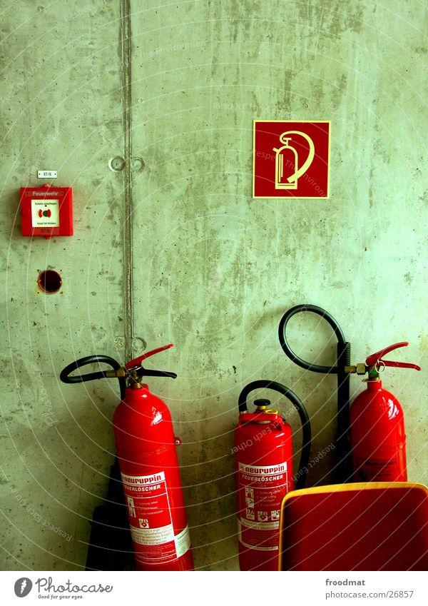 sicher ist sicher rot Wand Beton Dinge Hinweisschild Brandschutz Alarm Symbole & Metaphern Feuerlöscher