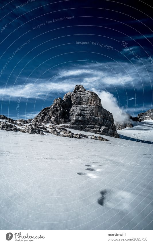 Fußspuren zum Berg Dirndln aus der Dachsteingruppe Ferien & Urlaub & Reisen Winter Schnee Winterurlaub Berge u. Gebirge wandern Klettern Bergsteigen Natur