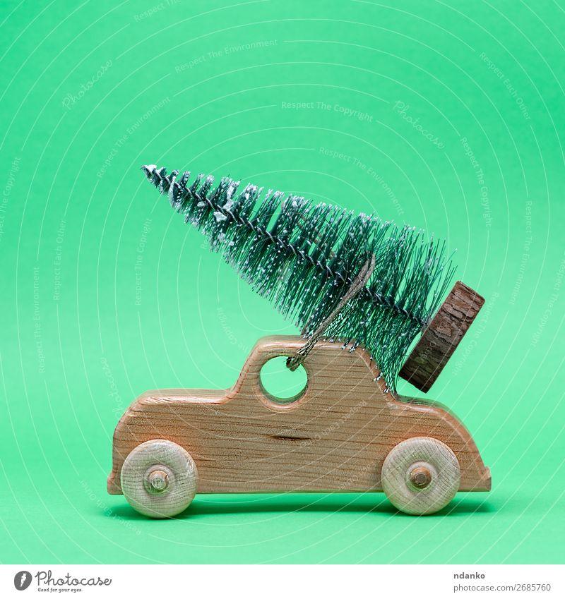 Holzspielzeugauto mit einem festlichen Baum auf dem Dach Dekoration & Verzierung Feste & Feiern Weihnachten & Advent Silvester u. Neujahr Verkehr PKW Spielzeug