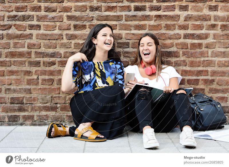 Junge Studenten lachen und lernen Lifestyle Freude Glück schön Studium sprechen Telefon PDA Technik & Technologie Frau Erwachsene Freundschaft Menschengruppe