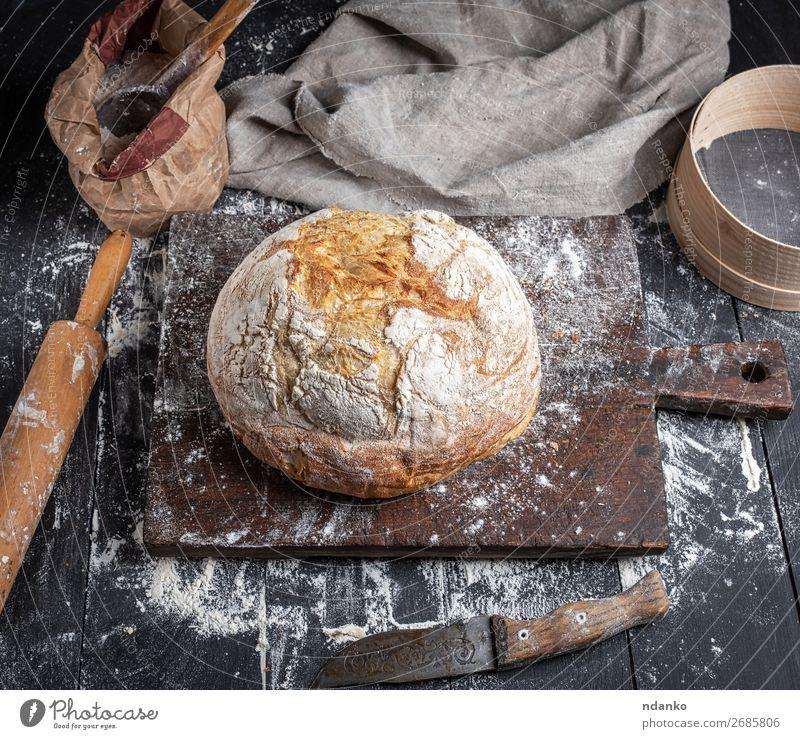 gebackenes Brot Teigwaren Backwaren Messer Löffel Tisch Küche Sieb Holz machen dunkel frisch oben braun schwarz weiß Tradition Rezept Vorbereitung Bäckerei