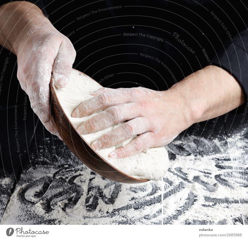 Männerhände kneten Weizenweißmehlteig Teigwaren Backwaren Brot Ernährung Teller Tisch Küche Koch Mann Erwachsene Hand Holz machen frisch schwarz Tradition
