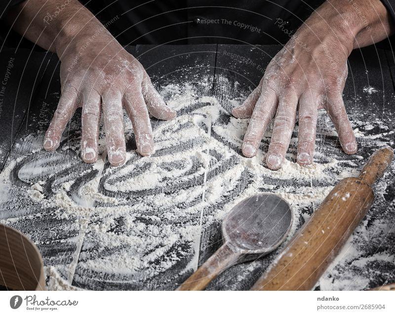 Männerhände rühren das weiße Weizenmehl um. Teigwaren Backwaren Brot Löffel Tisch Küche Arbeit & Erwerbstätigkeit Mensch Mann Erwachsene Hand Holz machen dunkel