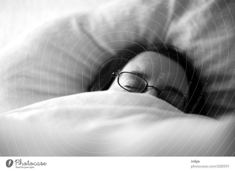 Frühjahrsmüdigkeit Häusliches Leben Bett Bettdecke Bettwäsche Federbett Kissen Erwachsene Gesicht 1 Mensch 30-45 Jahre Brille liegen schlafen Gefühle Stimmung
