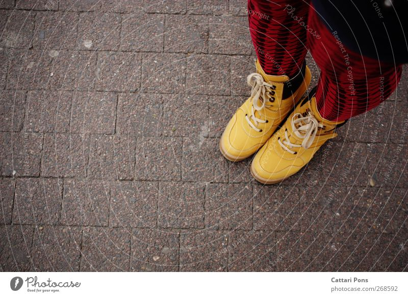 one by one rot gelb Straße feminin Stil Schuhe außergewöhnlich modern verrückt ästhetisch stehen Bekleidung einzigartig Stoff Bürgersteig Stiefel