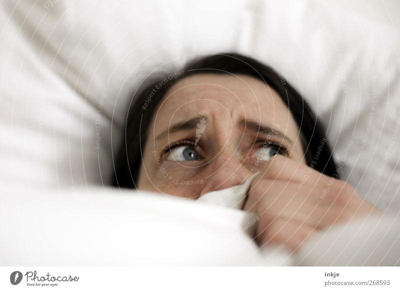 wenn die Träume lauern Mensch Frau weiß Gesicht Erwachsene Leben Gefühle Denken Stimmung Angst liegen Häusliches Leben Bett festhalten Bettwäsche gruselig