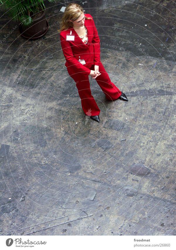 Bodenständigkeit Hannover rot Vogelperspektive schön Frau Beton Anzug Cebit 2004 Bodenbelag Arbeit & Erwerbstätigkeit Business CeBIT Junge Frau warten stehen