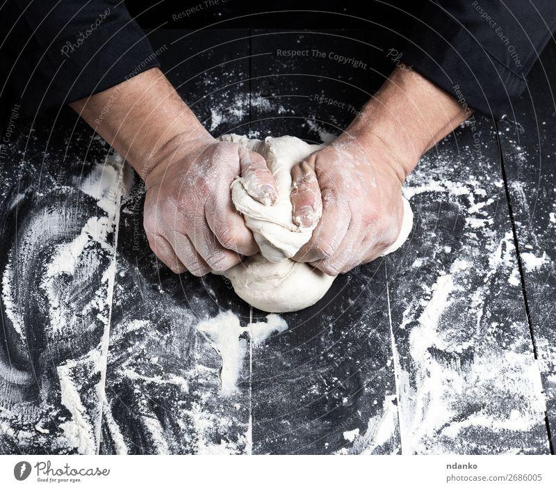 Bäckerknetmasse Weißweizenmehlteig Teigwaren Backwaren Brot Ernährung Tisch Küche Koch Mann Erwachsene Hand Holz machen schwarz weiß Tradition vorbereiten