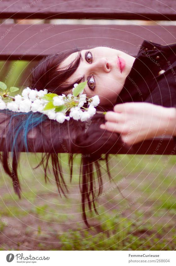 Laying on a bench. Mensch Frau Jugendliche Hand Sommer schwarz Erwachsene Erholung feminin Holz Frühling Kopf Blüte braun Junge Frau liegen
