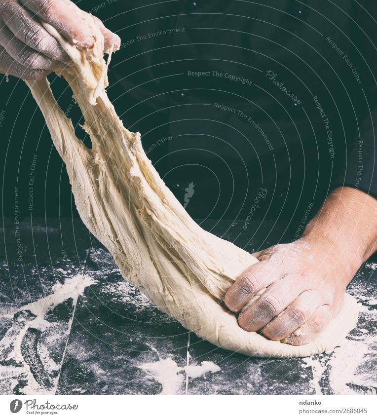 männliche Hände ersetzen weißen Weizenmehlteig Teigwaren Backwaren Brot Ernährung Tisch Küche Mensch Mann Erwachsene Hand 1 30-45 Jahre hängen machen schwarz