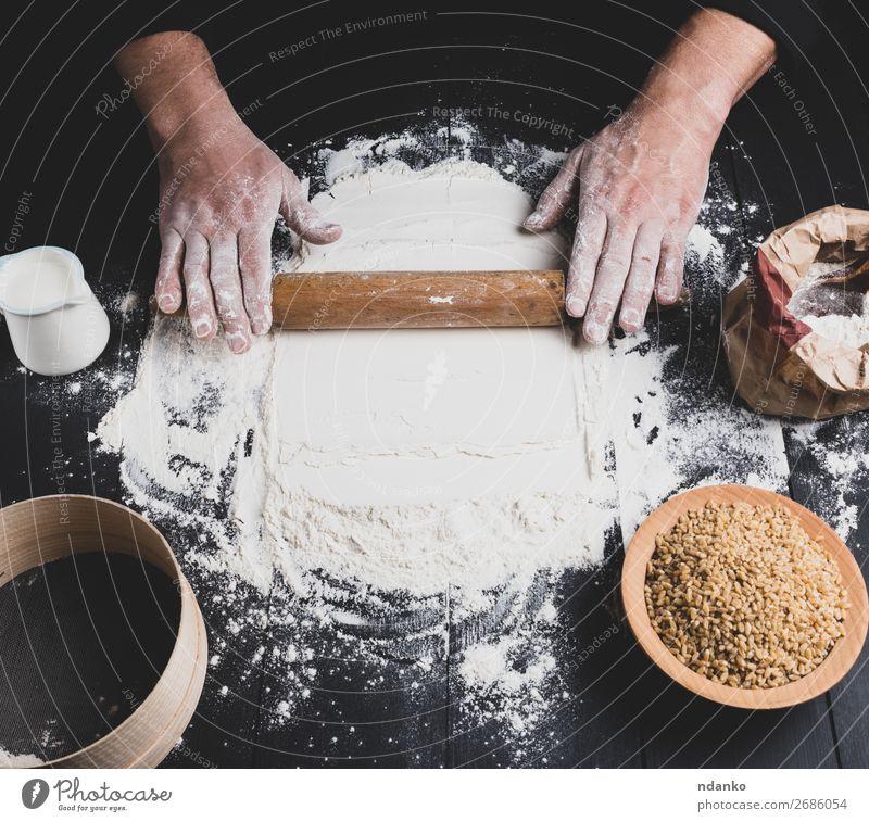 Holznudelholz in männlichen Händen Teigwaren Backwaren Brot Teller Tisch Küche Arbeit & Erwerbstätigkeit Koch Mensch Hand 1 30-45 Jahre Erwachsene machen