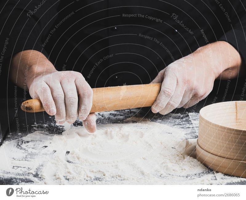 Holznudelholz in Männerhänden Teigwaren Backwaren Brot Tisch Küche Arbeit & Erwerbstätigkeit Koch Mensch Hand schwarz Nudelholz Küchenchef Mehl backen