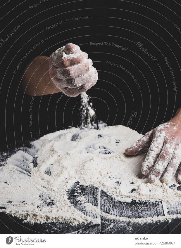 weißes Weizenmehl auf einem schwarzen Holztisch Teigwaren Backwaren Brot Tisch Küche Arbeit & Erwerbstätigkeit Mensch Hand machen dunkel frisch nass Bäcker