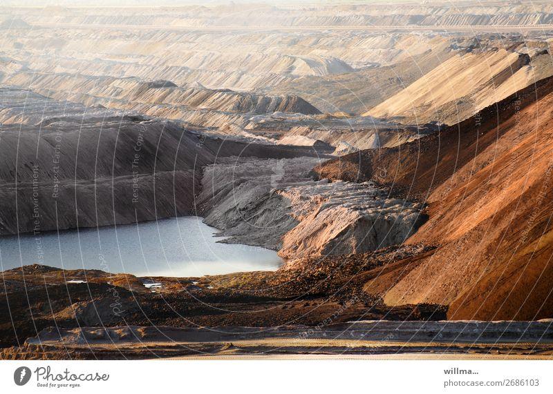Braunkohletagebau mit Abraumhalden Arbeitsplatz Energiewirtschaft Energiekrise Umwelt Landschaft Klimawandel See trist bizarr Schwerpunkt Umweltverschmutzung