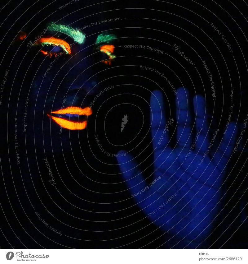 black light games (I) feminin Frau Erwachsene Auge Lippen Hand Finger Augenbraue 1 Mensch Kunst Gemälde Skulptur Schauspieler beobachten Bewegung festhalten