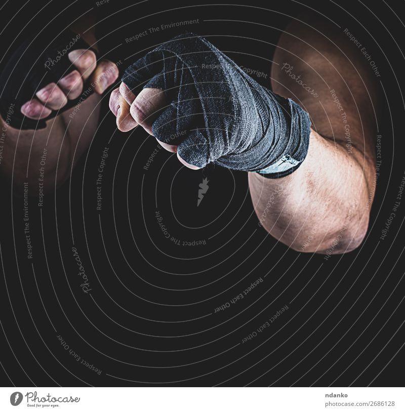 Der Athlet steht in einer kämpferischen Haltung. Lifestyle Fitness Sport Sportler Mann Erwachsene Hand Finger 1 Mensch 30-45 Jahre stehen Aggression dunkel