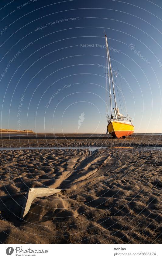 Anker mit Segelboot bei Ebbe Himmel Sommer blau Meer Strand Küste orange braun Wasserfahrzeug Sand Schönes Wetter Pause Wolkenloser Himmel trocken Nordsee