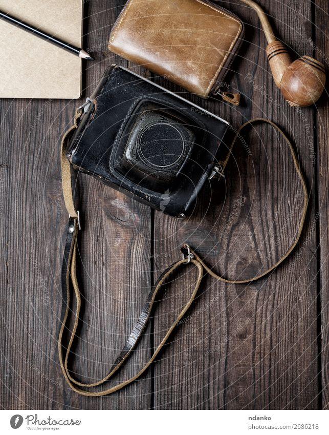 alte Vintage-Kamera in einem Koffer auf Holzuntergrund Lifestyle Ferien & Urlaub & Reisen Ausflug Fotokamera Leder Accessoire retro braun schwarz Abenteuer