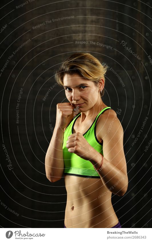 Porträt junger sportlicher Frauen in Boxhaltung Lifestyle Sport Fitness Sport-Training Kampfsport Leichtathletik Sportler feminin Junge Frau Jugendliche