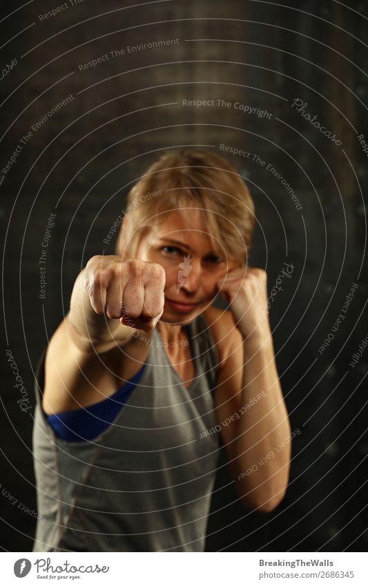 Porträt junger sportlicher Frauen in Boxhaltung Sport Fitness Sport-Training Kampfsport Leichtathletik Sportler Erwachsene Hand 1 Mensch 30-45 Jahre blond