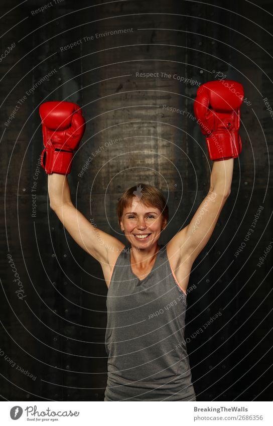 Frau in Boxhandschuhen mit erhobenen Armen gewinnt Geste Freude Sport Fitness Sport-Training Kampfsport Sportler Erfolg feminin Erwachsene Hand 1 Mensch