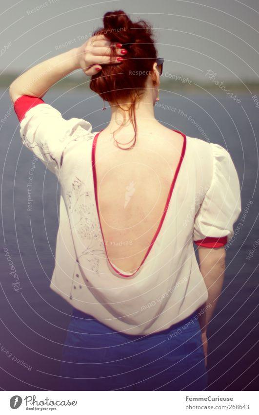 Auch ein Rücken kann entzücken. feminin Junge Frau Jugendliche Erwachsene Kopf Hand 1 Mensch 18-30 Jahre Erholung Ferien & Urlaub & Reisen Freiheit