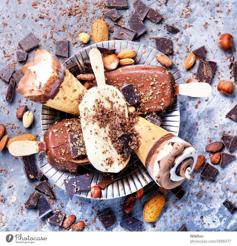 Schokoladeneis mit Nüssen Vanille Eiscreme Nut Dessert süß Sahne gefroren kalt lecker Sommer Geschmack Molkerei Speiseeis melken Zapfen Kakao cremig Kalorie