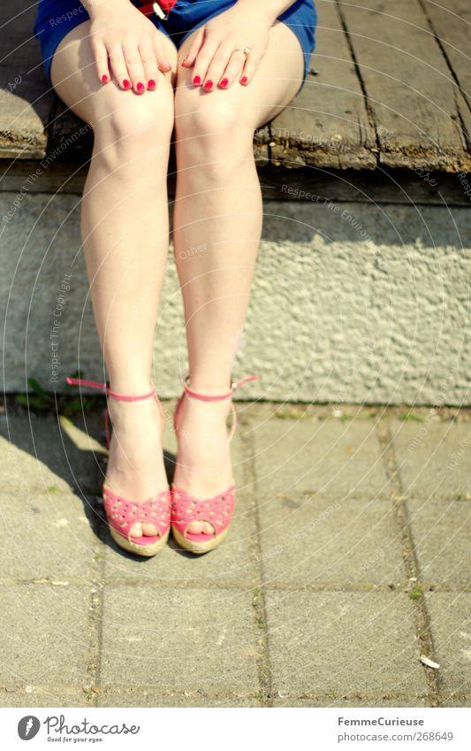 Aufgestellt. Mensch Frau Jugendliche Hand rot Erwachsene feminin Erotik Junge Frau Beine Fuß 18-30 Jahre rosa elegant ästhetisch Finger