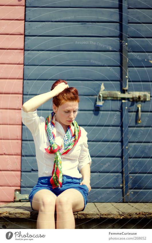 Auszeit. Mensch Frau Jugendliche blau Ferien & Urlaub & Reisen schön Erwachsene Erholung feminin Holz Freiheit Kopf Beine träumen Tür Freizeit & Hobby